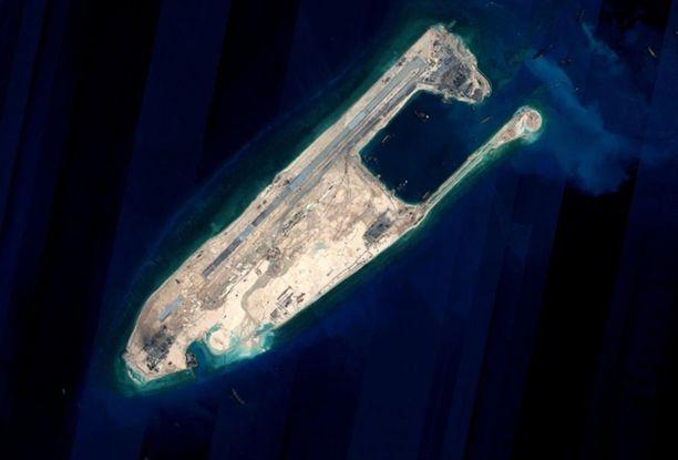 Satelliittikuva Kiinan rakentamasta Yonshun riutasta, jolla on kolme kilometriä pitkä kiitorata, ilmatorjuntaohjuksia ja ohjuspuolustusjärjestelmä.