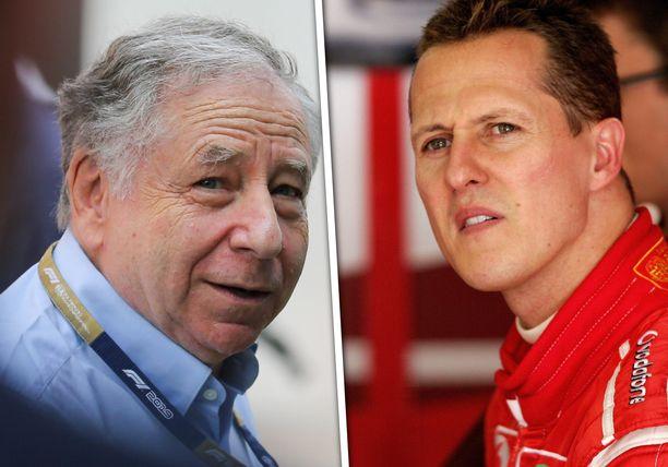 Jean Todt katsoo Michael Schumacherin kanssa kisoja television välityksellä.