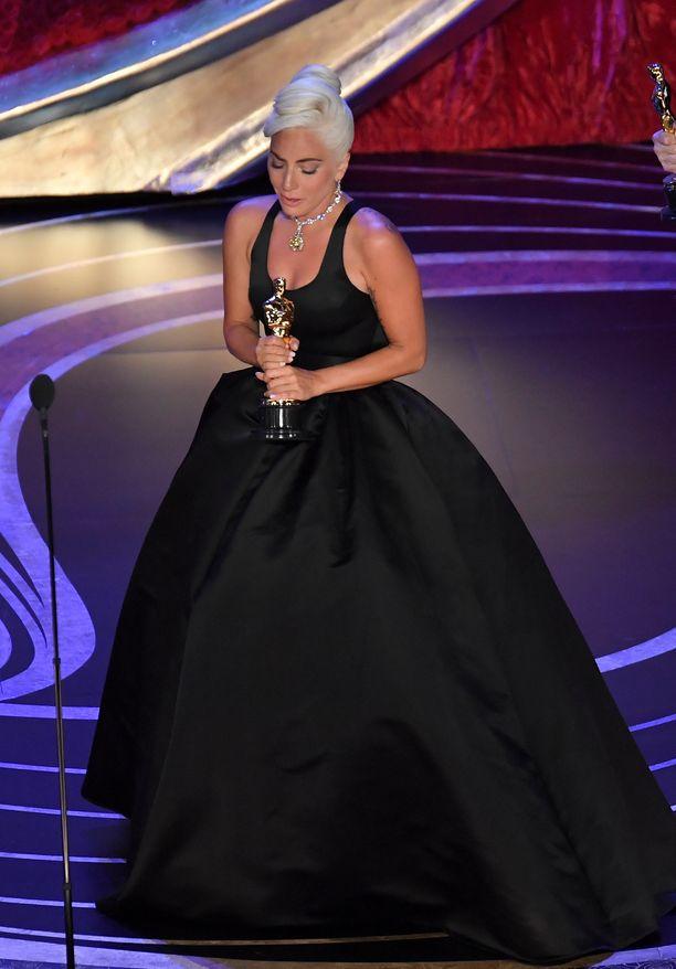 Lady Gaga kiitti kiitospuheessaan perhettään ja ystäviään. Hän myös korosti, ettei olisi voinut esittää kappaletta kenenkään muun kuin Bradley Cooperin kanssa.