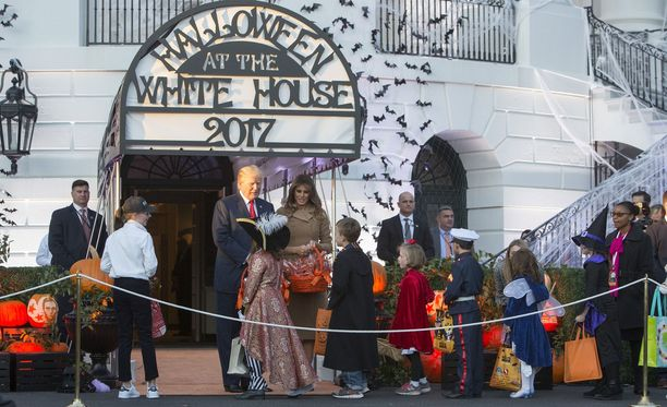 Donald ja Melania Trump jakoivat Halloweenina herkkuja lapsille Valkoisen talon edessä.