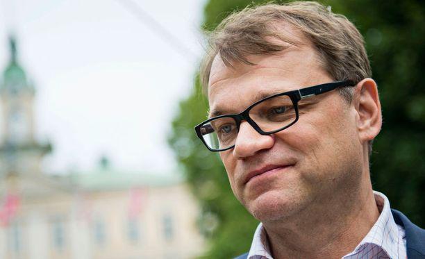Pääministeri Juha Sipilä kertoo olleensa matkoilla kun kova keskustelu äärijärjestöistä käynnistyi.