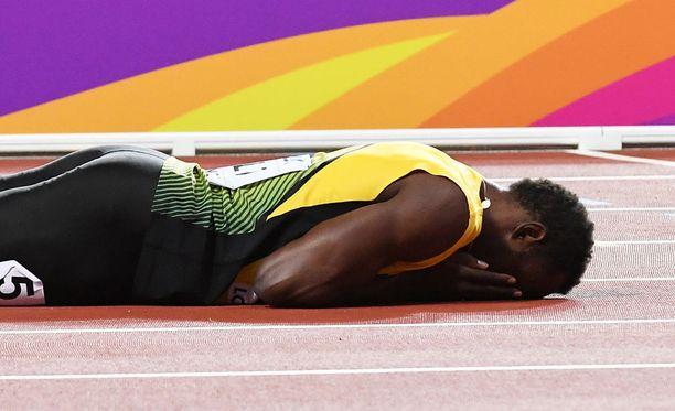 Tämä kuva kertoo kaiken oleellisen Boltin fiiliksistä viestifinaalin päätyttyä.