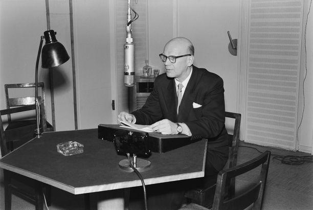 Kuvassa Urho Kekkonen puhumassa radiossa ollessaan presidenttikandidaatti. Sittemmin mies oli vallan kahvassa 25 vuotta.