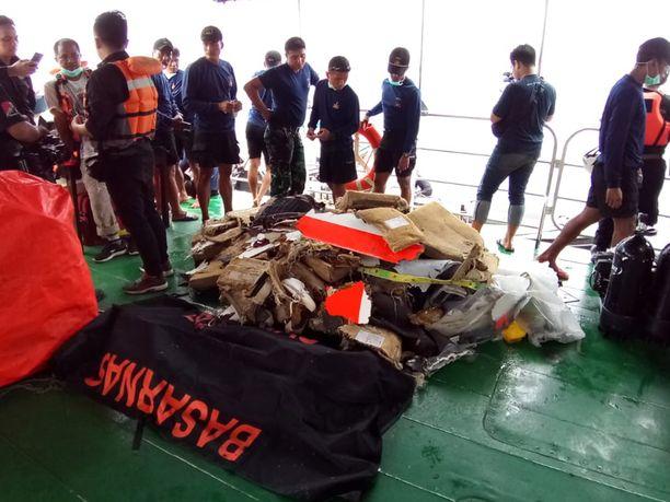 Pelastusviranomaiset ovat nostaneet merestä ruumiinosia, koneen kappaleita ja matkustajien omaisuutta.