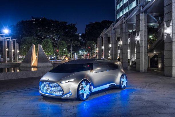 Tulevaisuusauto sijoitettuna katukuvaan. Tältä se näyttäisi - keulamaski hohtaa valoja.