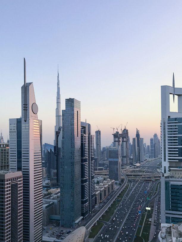 Valtaosan sakoista mies kaasutteli Dubaita halkovalla Sheikh Zayed Roadilla.