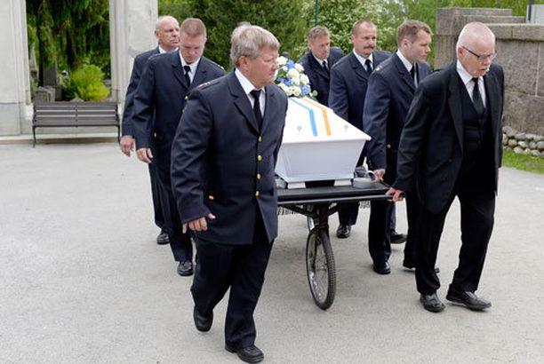 Palomiehet kantoivat Pekka Marjamäen arkun Kalevankankaan hautausmaan kappeliin.