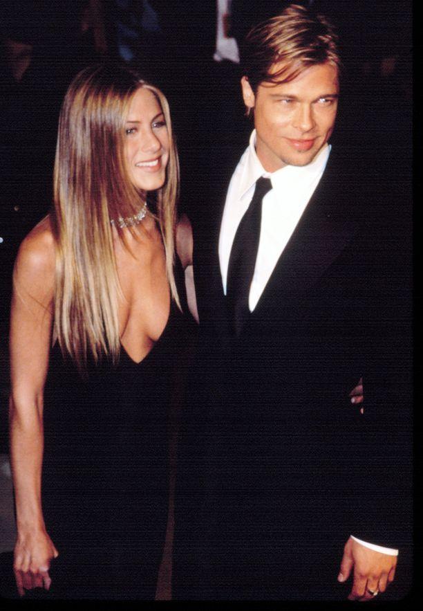 """Jennifer Aniston ja Brad Pitt saivat kutsumanimen """"Golden Couple"""", sillä parin liittoa pidettiin unelmaliittona."""