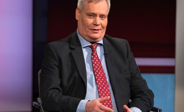 Valtiovarainministeri Antti Rinne (sd) torjuu europarlamentaarikko Olli Rehnin saksalaisessa Der Spiegel-lehdessä esittämän ajatuksen, että Kreikan lainojen maksuaikaa voitaisiin pidentää.