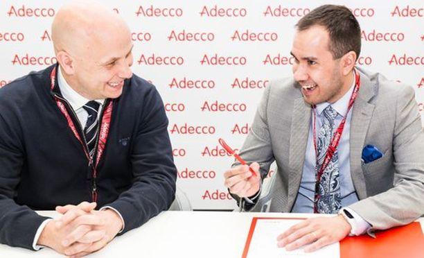 Kuvassa Adeccon toimitusjohtaja Jukka-Pekka Annala ja Suomen vuoden 2017 CEO for One Month Joshua Moorrees.