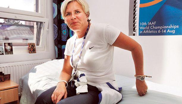 Suomen olympiajoukkueen kisapappi Leena Huovinen siunasi homoparin.