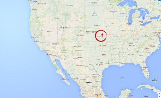 Ammuskelu tapahtui Hesstonin pikkukaupungissa noin 300 kilometrin päässä Kansasin osavaltion pääkaupungista Kansas Citysta. Hesstonissa asuu vain 3 000 ihmistä.