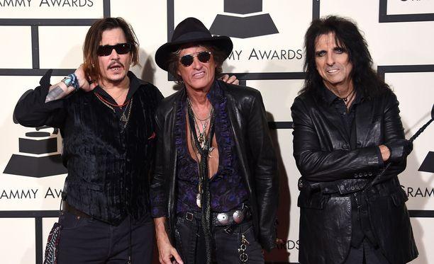 Grammy Awardseissa Johnny Depp viihtyi hyvin Joe Perryn ja Alice Cooperin kanssa.