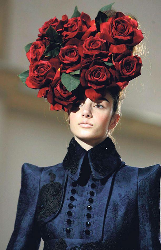 RUUSUHATTU Elämä ei aina ole pelkkää ruusuilla tanssimista, mutta espanjalaisen muotisuunnittelijan, Josep Fontin, kekseliään hatun avulla arkenakin on helppo nauttia ruusujen tuoksusta.