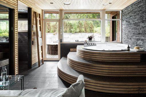 Saunaosastolla on suuri poreallas ja kattoon asennettu tähtivalaistus. Kylpyhuoneesta pääsee terassille, jossa on kahdeksan hengen palju.