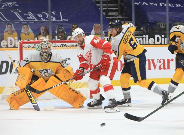 Nashville Predators voitti ottelun. Maalivahti Juuse Saros torjui nollapelin ja Mikael Granlund (oikealla) teki maalin.