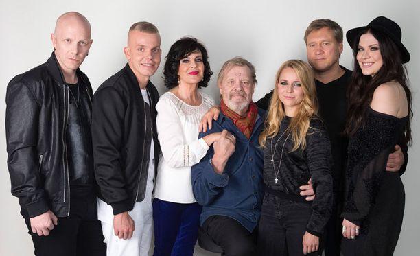 Vain elämää -sarjan uusimman tuotantokauden kokoonpanoon kuuluvat Toni Wirtanen, Elastinen, Paula Koivuniemi, Vesa-Matti Loiri, Paula Vesala, Samuli Edelmann ja Jenni Vartiainen.