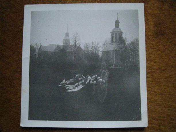 Kuva on otettu juuri ennen Veera Lapinojan isoukin laskemista hautaan.