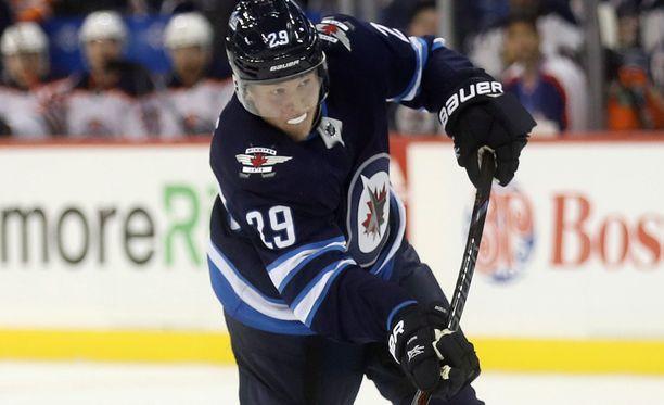 Winnipeg Jetsin Patrik Laine pohjusti joukkueensa voittomaalin jatkoajalla Tampa Bay Lightningia vastaan.