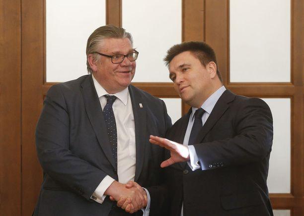 Ulkoministerit Timo Soini ja Pavlo Klimkin tapasivat tiistaina Kiovassa hyvässä hengessä.