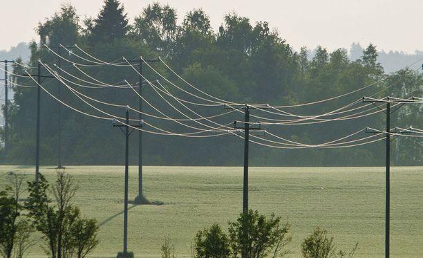 Tukes varoittaa ilmajohtojen sähköiskujen vaarasta.