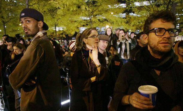 Mielenosoittajia valui heti takaisin Zuccottin puistoon, kun lupa heltisi.