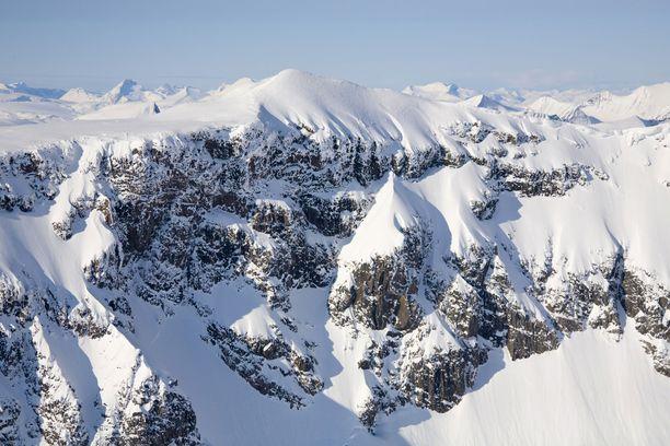 Vuori sijaitsee noin 150 kilometriä napapiiristä pohjoiseen.