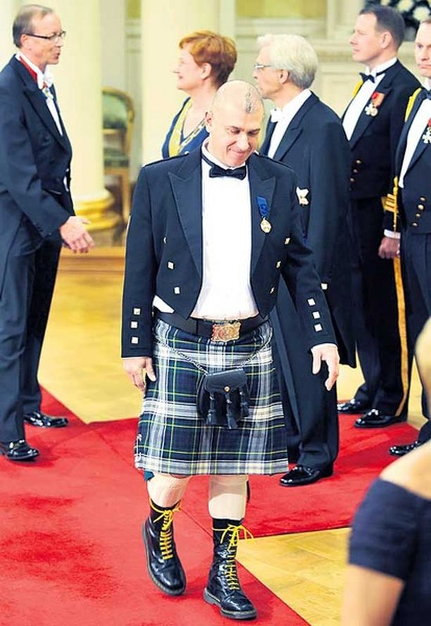 Englantilaisuus ei päästä Howard Jacobsia pälkähästä. Tasavallan presidentin itsenäisyysjuhla ei ole oikea paikka korostaa omaa punkkariaatettaan tai keskenkasvuisuuttaan. Mies osoitti täydellistä välinpitämättömyyttä sekä juhlaa että juhlan emäntää kohtaan.