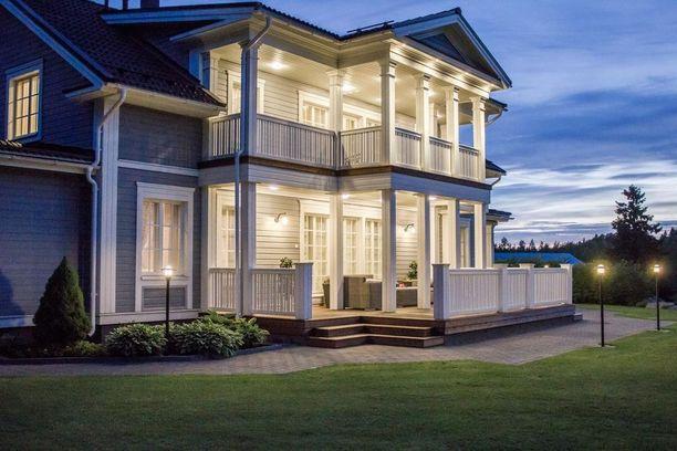 Kartanohenkisen kodin valaistus on käytännöllinen, mutta samalla näyttävä.