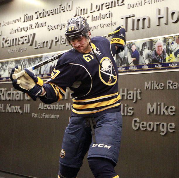 Brady Austin pelasi viisi ottelua Buffalo Sabresin NHL-joukkueessa. Tässä järkäle valmistautuu yhteen niistä.