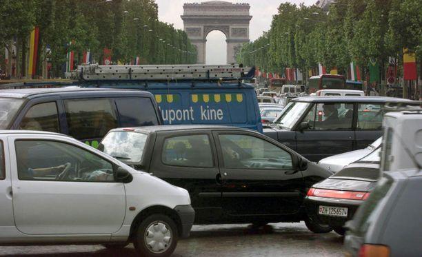 Pariisin päiväruuhkissa ei enää pian nähdä ennen vuotta 1997 rekisteröityjä autoja.