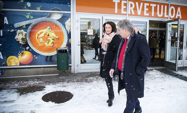Tasavallan presidentti Sauli Niinistö kävi äänestämässä puolisonsa Jenni Haukion kanssa torstaina Munkkivuoren postissa Helsingissä.