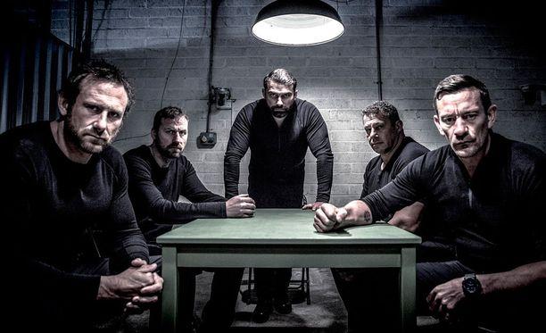 Sarjan kouluttajat ovat kaikki SAS-joukoissa itsekin palvelleita ammattisotilaita.