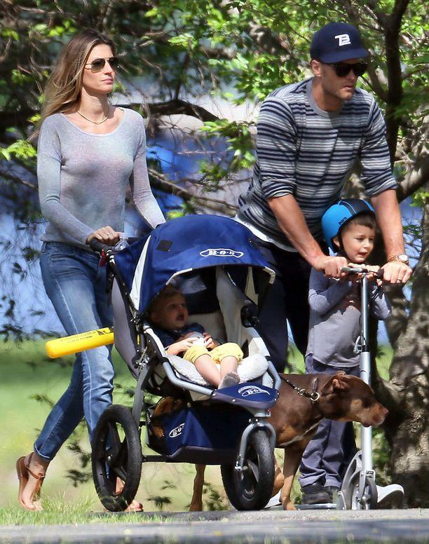 Gisele saa viettää leppoisia eläkepäiviä perheensä kanssa. Kotona supertähteä odottavat aviomies Tom Brady, parin kaksi lasta ja koira.