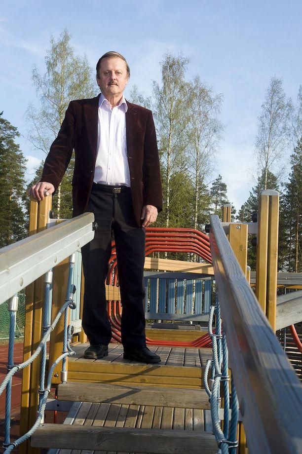 Emeritusprofessori Kari Uusikylän mielestä hallitus tekee eriarvoistavaa politiikkaa, jossa avuttomat, köyhät, vanhat ja sairaat jätetään oman onnensa nojaan.