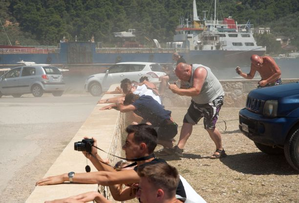 Yleisö saa kuitenkin kärsiä koneiden aiheuttamista ilmavirtauksista. Ne voivat esimerkiksi heittää päälle hiekkaa ja pölyä.
