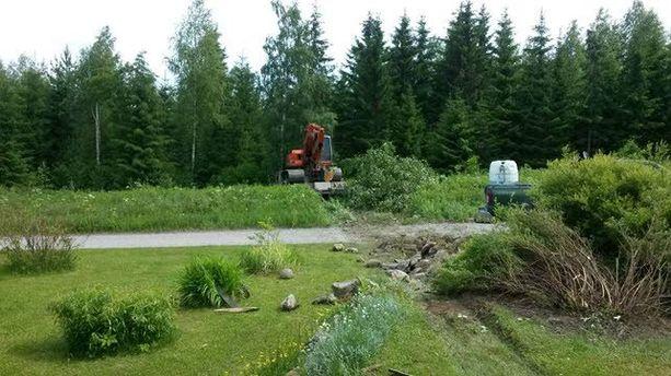Rekka ajautui kaivuri kyydissään pellon ja pihan läpi.