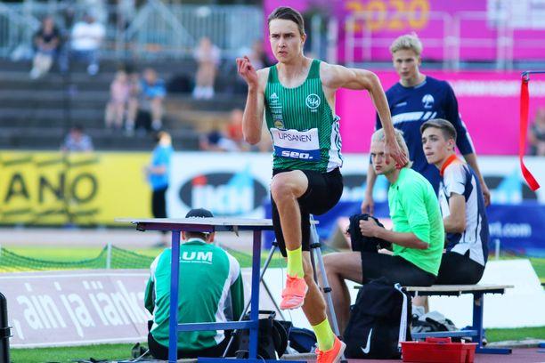 Simo Lipsanen loikki Suomen mestaruuteen tuloksella 16,30. Miehen ennätys on 17,14.