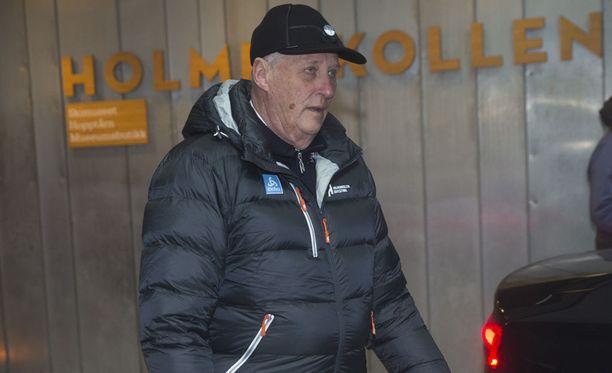 Norjan 80-vuotias kuningas Harald V on hiihtourheilun ystävä. Hän on yleensä paikalla, kun Holmenkollenilla kisataan hiihdon tai ampumahiihdon maailmancupissa ja arvokisoissa.