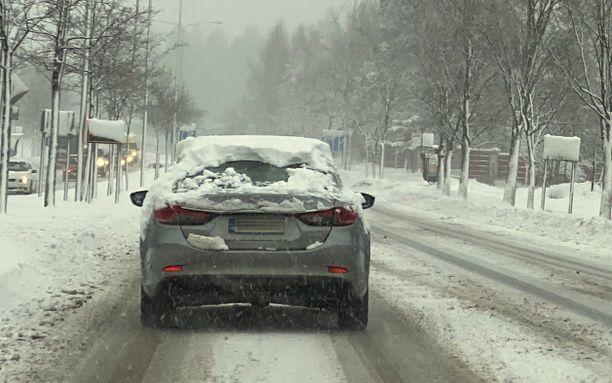 Lumen tuloan myötä iglu-autoja on alkanut ilmestyä Etelä-Suomenkin teille. Tämä iglu on bongattu Tuusulasta.