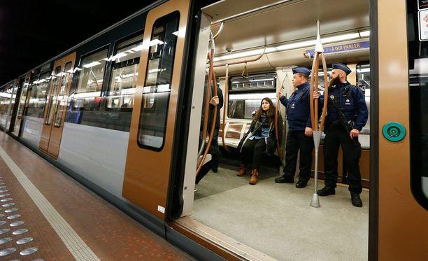 Brysselin koulut ja metro avattiin tänään. Korkein uhkataso näkyi muun muassa poliisien läsnäolona.