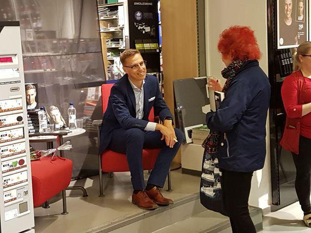 Alexander Stubb tapasi tamperelaisia vierailullaan kirjakaupassa.