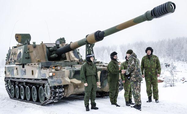 Maavoimien vaikuttamisharjoitus Rovajärven ampuma-alueella. K9-panssarikanuunaa tarkastamaa puolustusministeri Jussi Niinistömaavoimat, k9-panssarikanuuna
