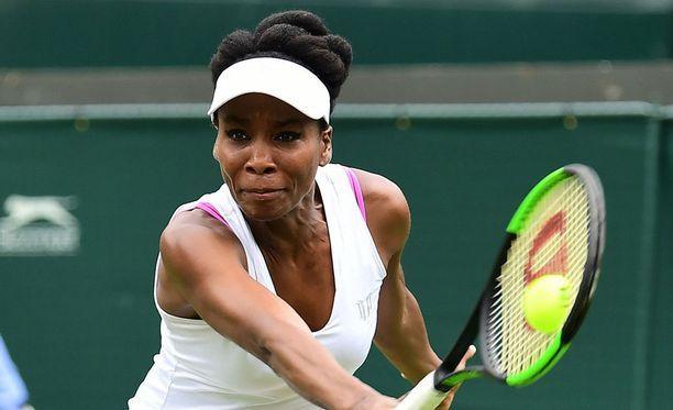 Venus Williamsin pinkkien rintaliivien olkaimet näkyivät selvästi tämän pelipaidan alta pelatessaan Wimbledonissa vuonna 2017. Tennistähti joutui vaihtamaan tilalle valkoiset rintaliivit.