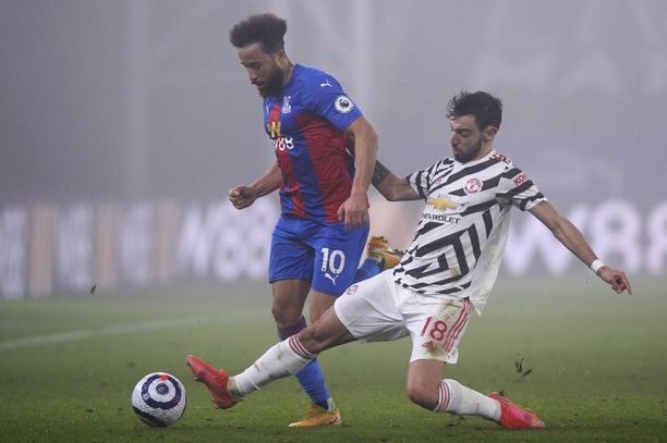 Manchester United ei saanut kuparista rikki sumuisessa Lontoossa. Pallosta taistelemassa Palacen Andros Townsend ja ManUn Bruno Fernandes.