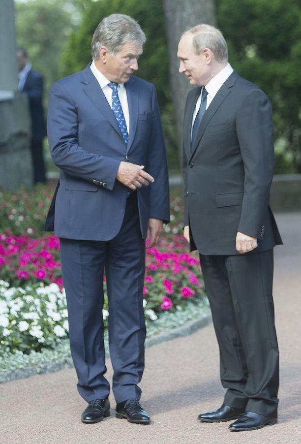 Sauli Niinistö ja Vladimir Putin Kultarannassa heinäkuun alussa. Presidentit keskustelivat lähestyvän Naton huippukokouksen alla turvallisuuspolitiikasta mutta myös Suomen ja Venäjän sotaisesta historiasta.