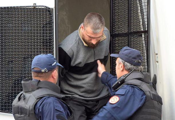 Montenegron poliisi saattaa kiinniotettua serbialaismiestä oikeuteen lokakuun vaalihäirinnän jälkeen.