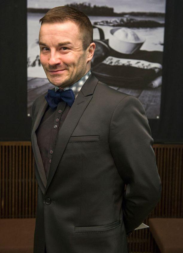 Jukka Kurosen asun hauskat yksityiskohdat olivat sininen rusetti ja ruudullinen kauluspaita.