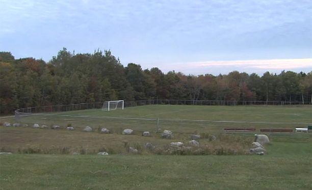 Ruumis löydettiin maastosta läheltä paikallista koulua.