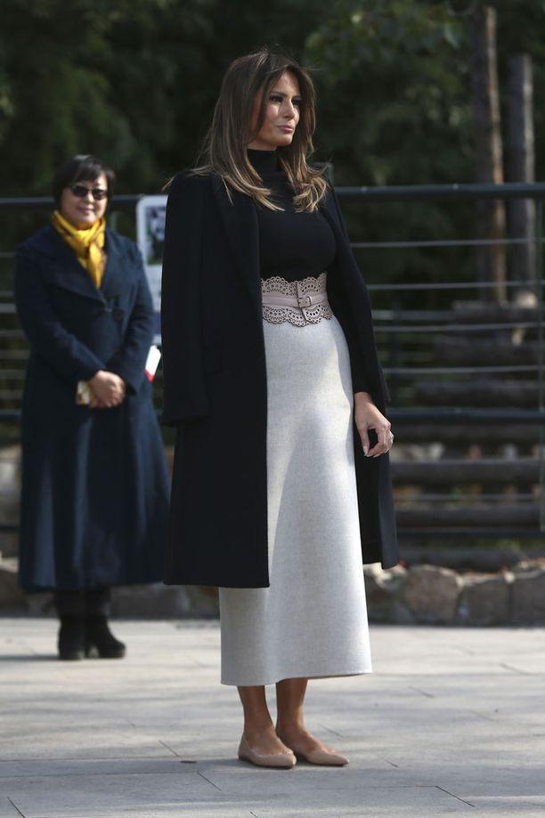 Korkeissa kengissä viihtyvän Melania Trumpin Kiinassa nähdyt matalat kengät herättivät myös huomiota.